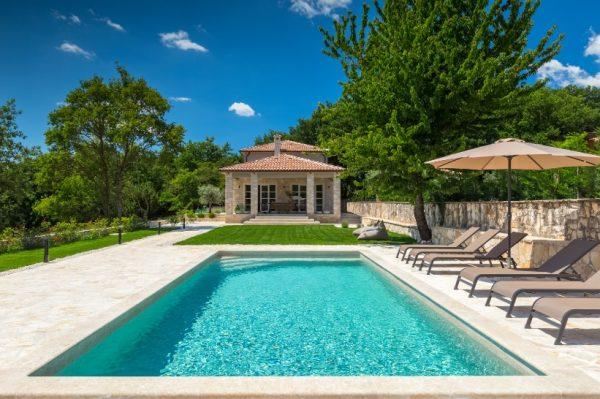 Uživajte u idili neodoljive Istre koju nudi kamena Villa Faturi