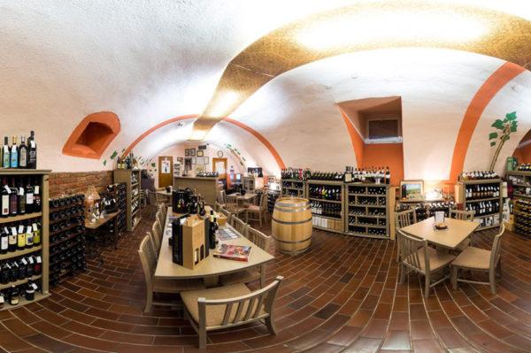 Osječka vinoteka s 400 etiketa vina i wine barom