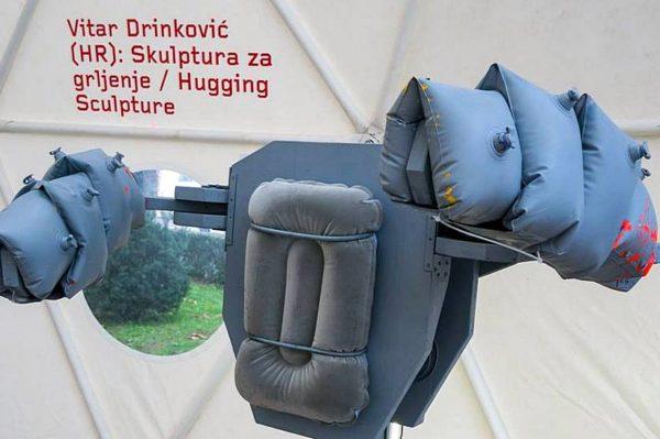 Skulptura mladog hrvatskog umjetnika koja će vas zagrliti