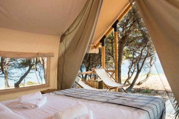 Nenaseljeni otok u šibenskom arhipelagu s predivnim glamping resortom