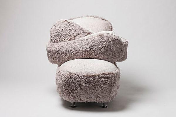 Ova fotelja dijeli besplatne zagrljaje