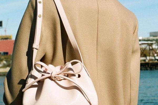 Omiljeni brend torbi priprema i odjeću