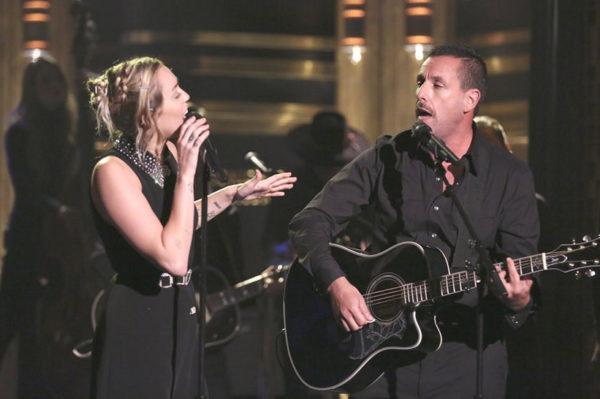 Nastup Miley Cyrus i Adama Sandlera koji nikoga neće ostaviti ravnodušnim