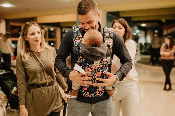 Zašto je nošenje beba super stvar – pogotovo za tate?
