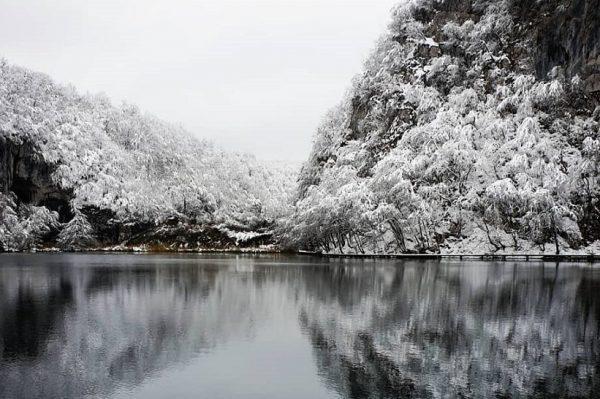 Čarobni prizori s Plitvičkih jezera koja su se probudila pod prvim snježnim pokrivačem