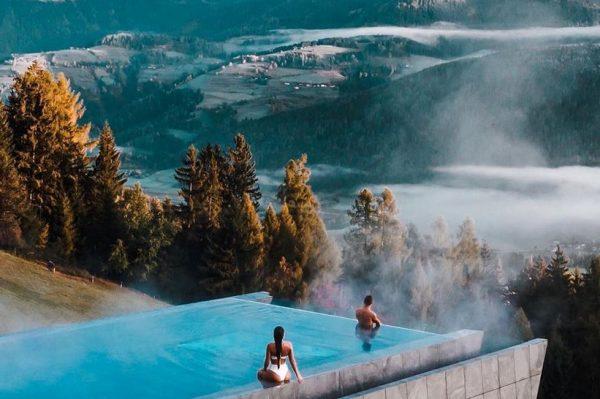 Iz ovog bazena sa spektakularnim pogledom na Alpe ne bismo izlazili danima