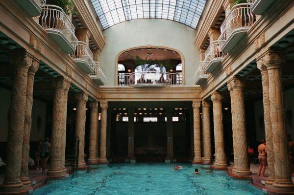 Divna serija analognih fotografija vodi nas u misteriozan wellness svijet Budimpešte