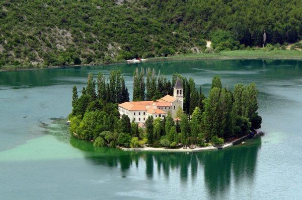 Hrvatski otok koji je moguće obići pješice u manje od sat vremena oduševit će vas svojom ljepotom