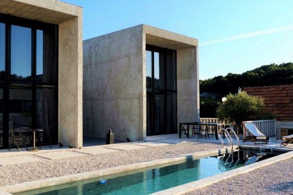 Dvije identične betonske kuće na Braču osvajaju minimalističkim dizajnom
