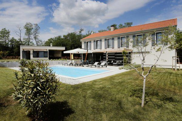 Zavirite u novi kompleks četiri moderno uređene kuće za odmor nedaleko od Poreča