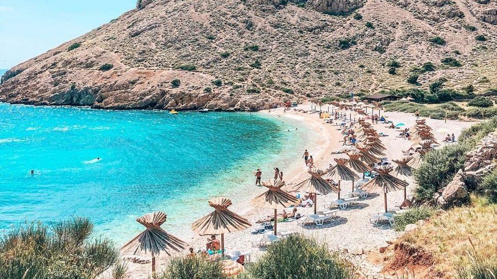 Skrivenu u predivnom zaljevu na Krku, ovu rajsku plažu morate posjetiti