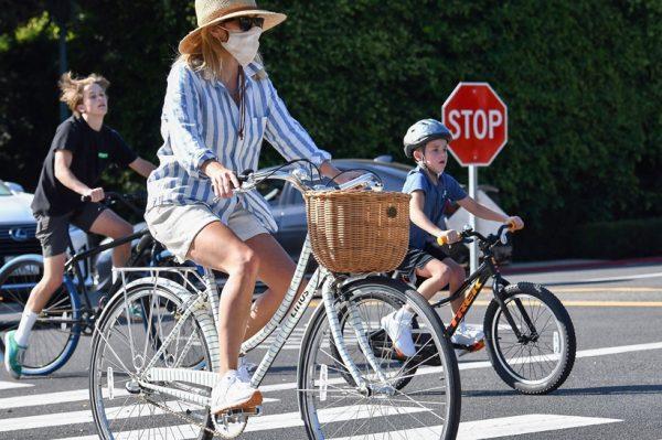 Street style inspiracija: Ležerna kombinacija Reese Witherspoon koju želimo kopirati od glave do pete