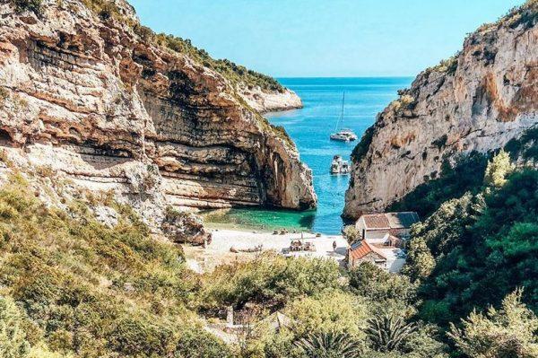 Uvala Stiniva na Visu – skrivena oaza koja je na bucket listi brojnih putnika