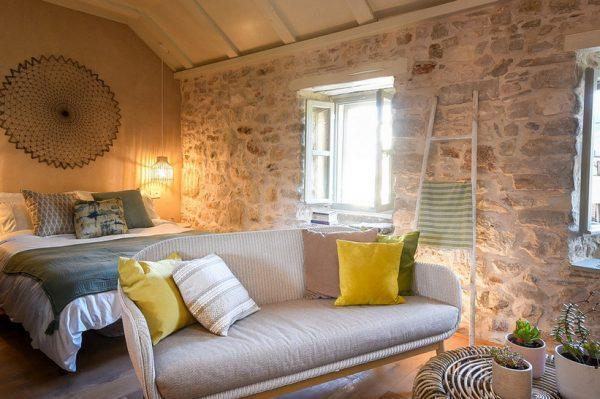 Vodimo vas u staru kamenu kuću na Hvaru koja je preuređena u šarmantne apartmane