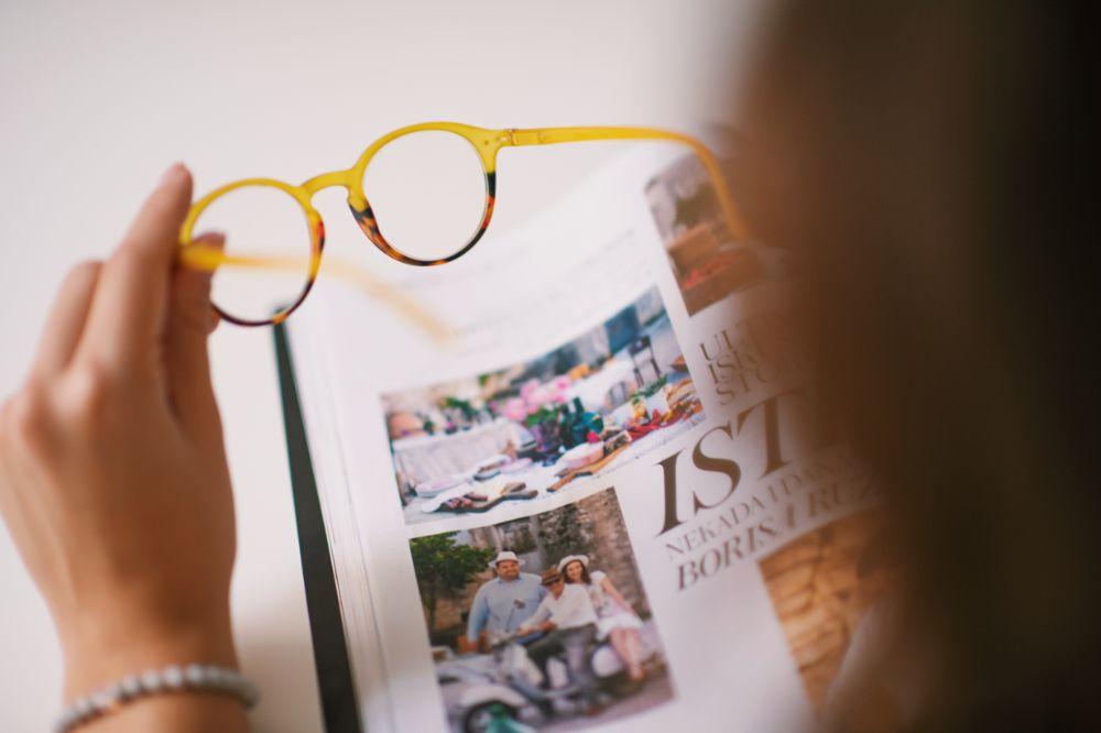 Ema Luketin nosi IZIPIZI naočale za plave ekrane i čitanje