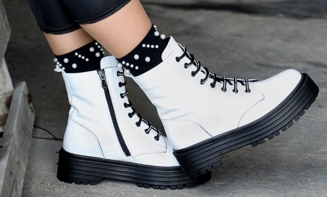 'Must have' obuća ove jeseni su bijele bajkerske čizme