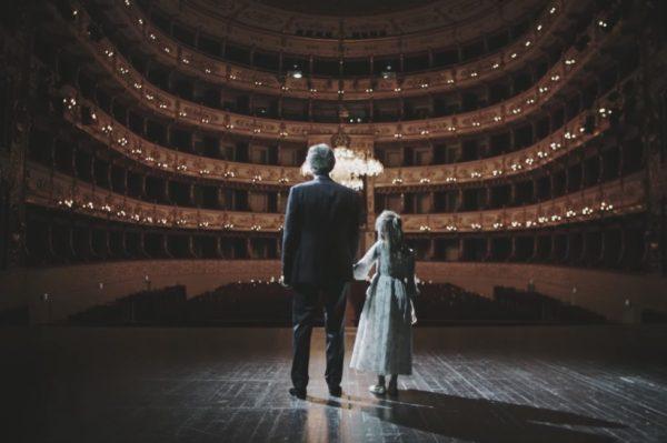 Andrea Bocelli održat će božićni koncert u predivnom i potpuno praznom talijanskom kazalištu
