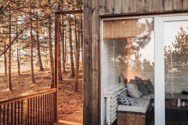 Drvena koliba u borovoj šumi gdje bismo voljeli pobjeći na vikend odmor