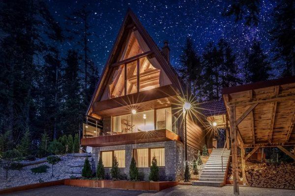 U ovoj bajkovitoj planinskoj kući u Gorskom kotaru mogli bismo provesti cijelu zimu