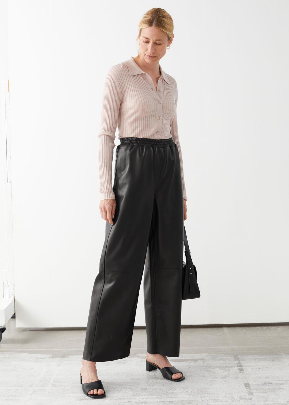 & Other Stories kožne hlače jogger model 2021.