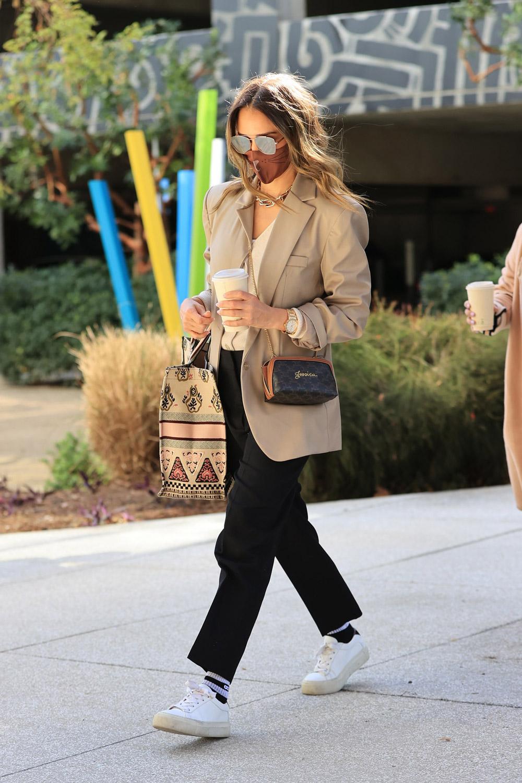 Street style inspiracija: Jessica Alba bira casual eleganciju za poslovni look 2021.
