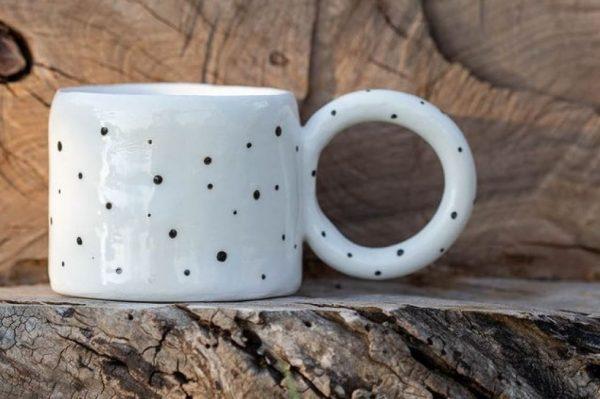 Vrijeme je za kavu iz ovih keramičkih šalica s neobičnim ručkama