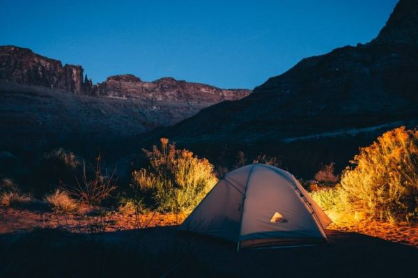 Kako se pripremiti za noćenje u planini – vodič za početnike