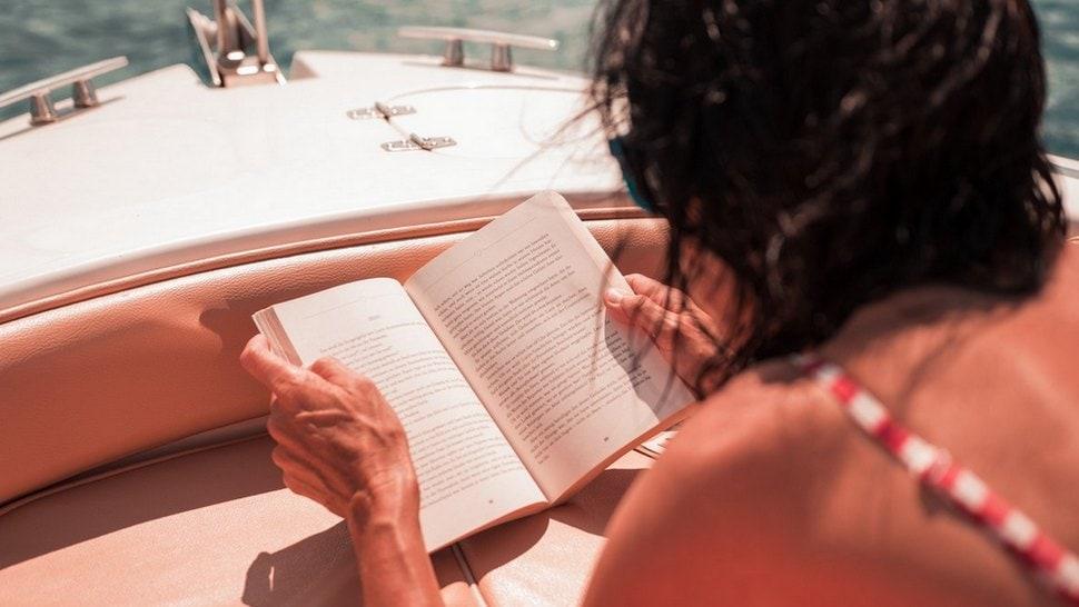 čitanje-na-plaži-unsplash cover
