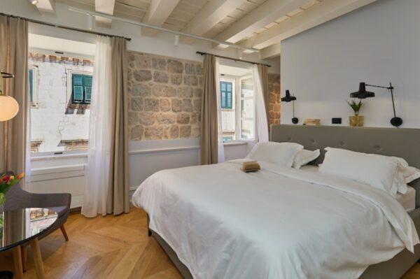 Pogled u prekrasno obnovljenu palaču na dubrovačkom Stradunu