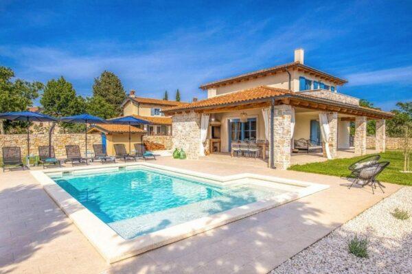 Šarmantna kamena vila s bazenom za opuštajući odmor u Rovinju