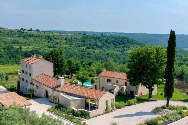 Ova očaravajuća vila smještena na vrhu brda u srcu Istre ostavlja bez daha
