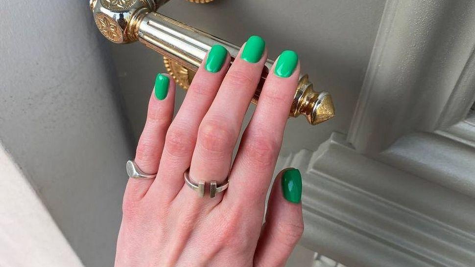 smaragdna manikura